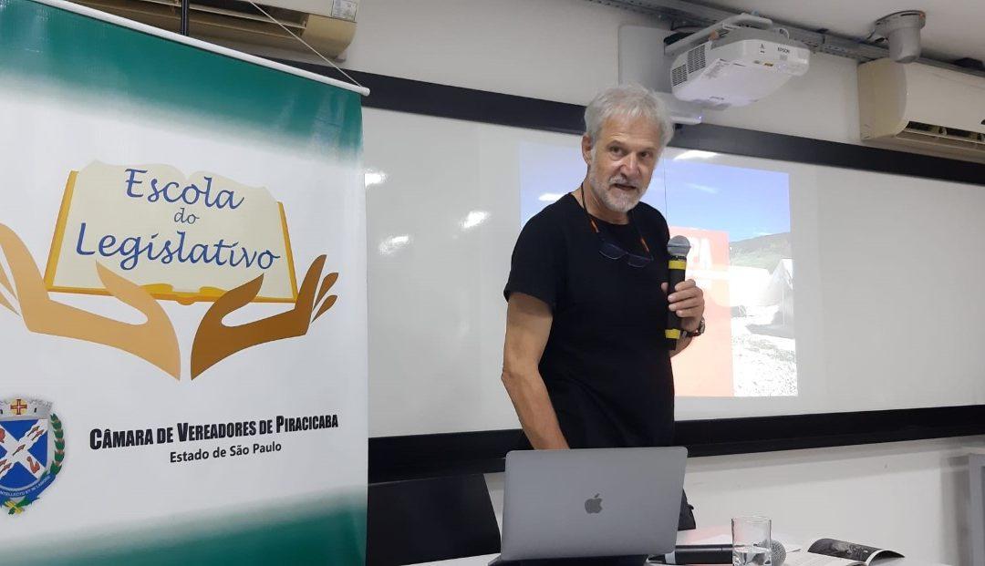 """""""A máxima do capitalismo é ningunha fronteira para o capital e endurecemento de fronteiras para as persoas"""", sinala en Brasil o coordinador de Acampa"""